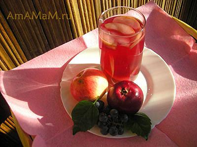 Компот из винограда и яблок в стакане