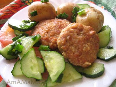 Куриные котлеты с вареным молодым картофелем в мундире и салатом из огурцов и помидоров
