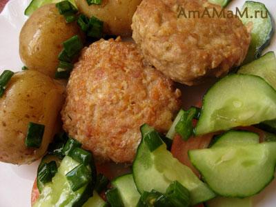 Куриные котлетки с салатом из огурцов и помидоров