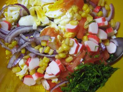 Нарезка продуктов для салата из крабовых палочек с помидором