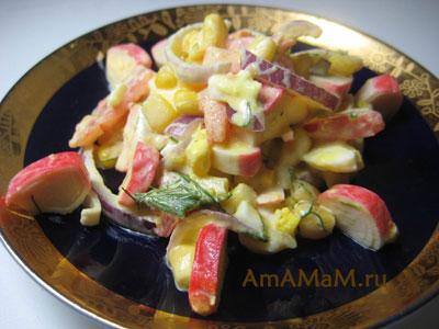 Крабовый салат из палочек с помидором