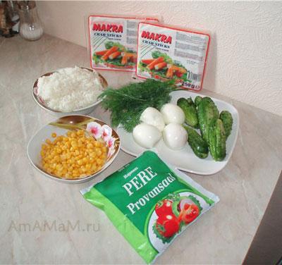 Набор продуктов для салата из крабовых палочек: майонез, кукуруза, палочки, яйца, огурцы, зелень, лук