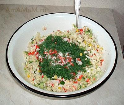 Салат: рис, крабовые палочки, огурец, кукуруза, лук, зелень, майонез