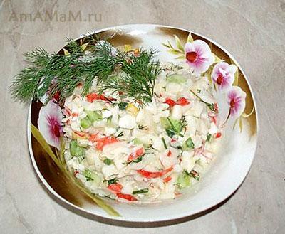 Готовый салат из крабовых палочек с огурцом и рисом