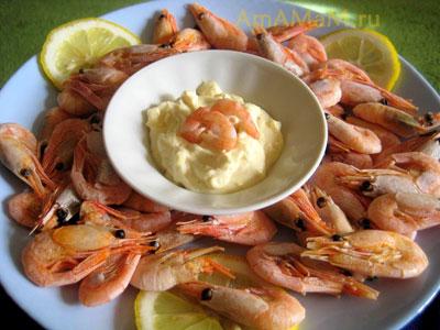 Креветки вареные с чесночно-маонезным соусом и лимоном
