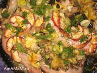 Курица с шампиньонами, яблоками, пореем и сыром