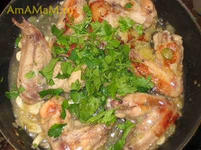 Жареные крылышки с чесноком и фенхелем и петрушкой в сковороде
