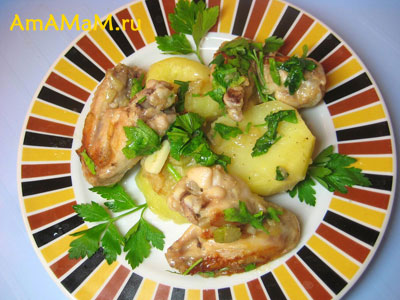 Порция жареных (тушеных в сковороде) крылышек с фенхелем, петрушкой и чесноком. Гарнир из вареного картофеля