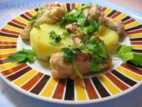 Куриные крылья, жареные с фенхелем, чесноком и петрушкой с гарниром из отварного картофеля