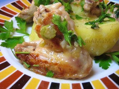 Жареные куриные крылья с фенхелем, чесноком и петрушкой, гарнир - картошка