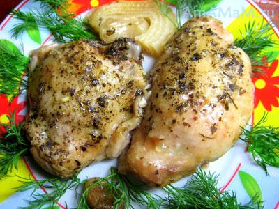 кусочки курицы, запеченной(тушеной) в духовке с пряными травами