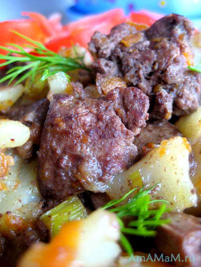 куриная печенка с картошкой, морковкой, луком, чесноком, зеленью и помидорами
