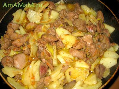 печенка обжаривается с картошкой в сковороде