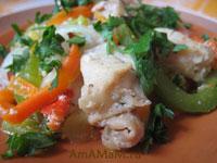 куриная грудка, жареная с перцем, морковкой и луком