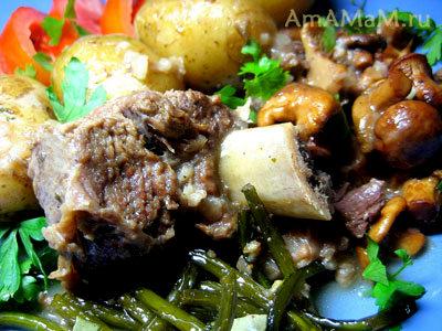 говяжье ребрышко с картошкой и грибной подливкой