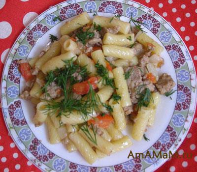 макароны по-флотски с фаршем, помидором, луком и зеленью