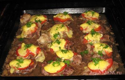 Свинина по-французски, запеченная в духовке с помидорами, сыром, луком и капелькой майонеза