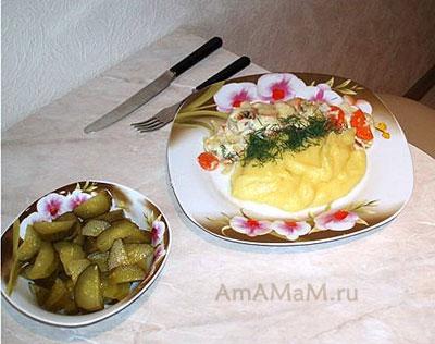 Запеканка из минтая с овощами, гарниром из картофельного пбре и огурчиками