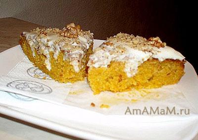 Кусочки морковного пирога с кремом из маскаропне и сметаны