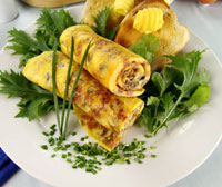 Омлет с грибами, салатом и помидорами - вкусные рулеты
