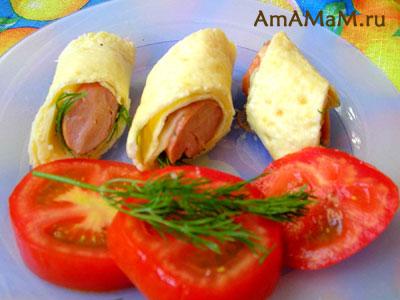 Вкусная закуска - рулетики из омлета с начинкой из зелени, сыра и сосиски