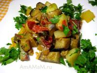 Жареные баклажаны с кабачками, перцем, зеленью и помидорами