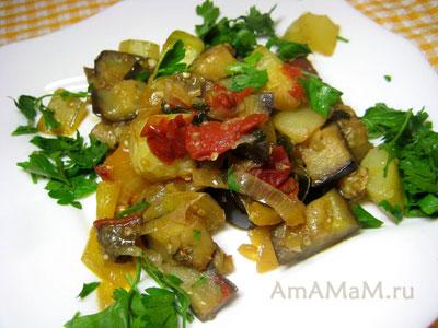 Рагу из летних овощей: баклажаны, кабачки, паприка, зелень и помидоры