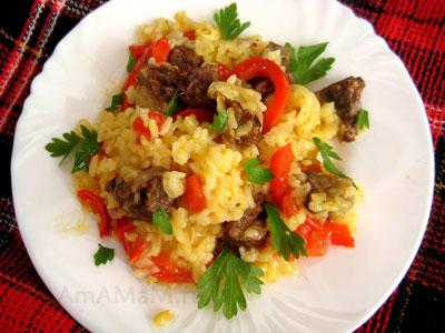 паэлья, приготовленная с бараниной, луком, чесноком, перцем и помидорами