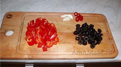 Нарезка перца сладкого и маслин для соуса болоньезе к макаронам
