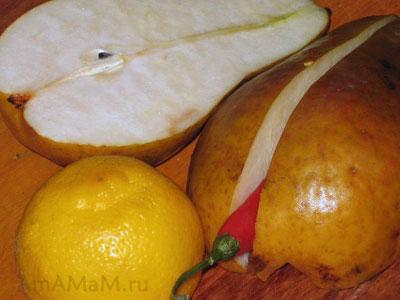 Разрезаем груши на половинки, четвертинки и очищаем от косточек для сырного салата