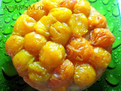 Бисквитный пирог, украшенный абрикосами