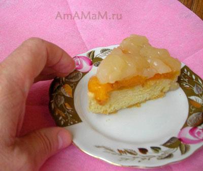 Кусочек пирога с абрикосами, покрытого желейным кисельным кремом