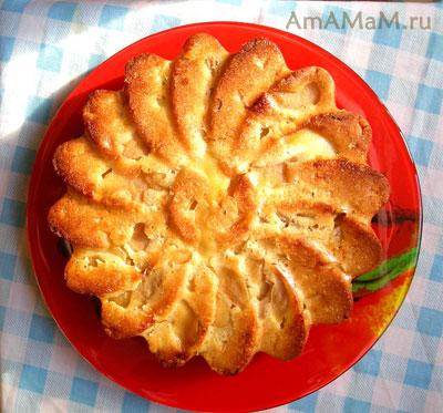 Вкусный бисквитный яблочный пирог, приготовленный без масла