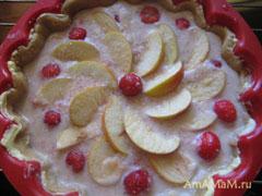 Пирог песочный с фруктами перед отправкой в духовку