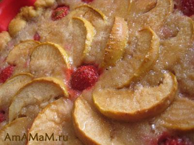 Яблочный пирог с клубникой и бананом