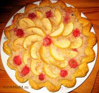 Пирог с яблоками, клубникой и бананом в суфле