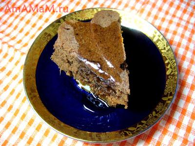 кусочек шоколадного пирога, политый мёдом
