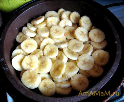 Бананы в силиконовой форме для запекания, форма уже плавает в сковороде