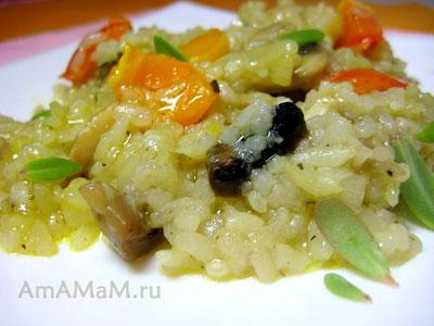 Жареный рис с помидорами, луком и грибами