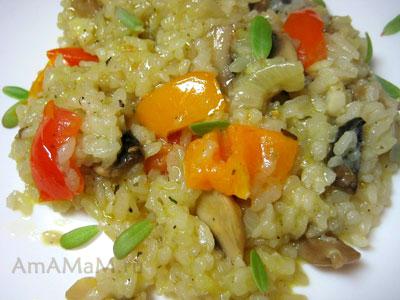 Очень вкусный рис с шампиньонами, жареный с овощами в сковороде