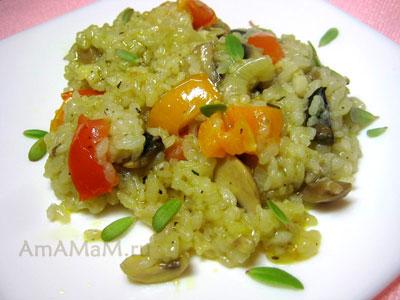 Порция тушеного риса с шампиньонами, помидорами, луком и чесноком
