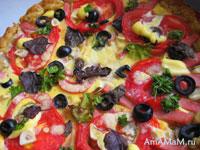 Пицца с колбасой, помидором, маслинами, чесноком, базиликом, петрушкой в омлетной заливке на песочном тесте