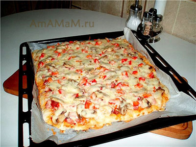 вкусная пицца с грибами, колбасой, ветчиной и копченой курочкой, грибами, луком, паприкой и томатной пастой, запеченная под сыром