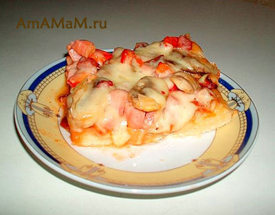 кусочек пиццы, приготовленной на тонком итальянском тесте
