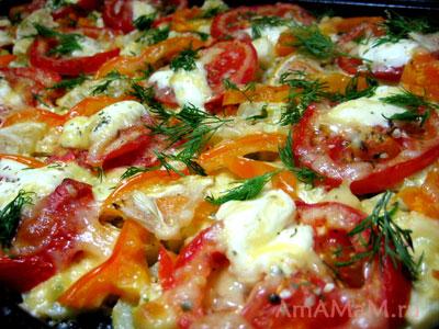 Запеченные кабачки с помидорами и перцем под соусом и сыром