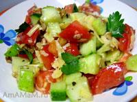 салат помидорный с огурцами и шрецкими орехами, приправленный чесноком, зеленью и оливковым маслом