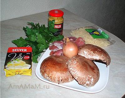 Набор продуктов для приготовления пикантной закуски - фаршированных грибов портобелло (шляпки начиняются индейкой, сыром и маслом)