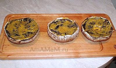 Шляпки портобелло (больших шампиньонов) промазываем горчицей и маслом)
