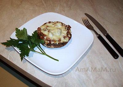 Готовая закуска из фаршированных шляпок шампиньонов - портобелло с индейкой под сырной корочкой