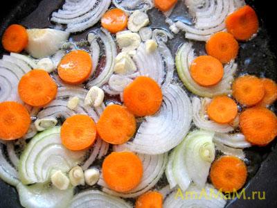 Обжаренные овощи для тушения куриных желудочков